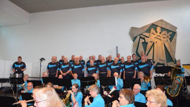 Harmonie St Michael speelt in buitenlucht