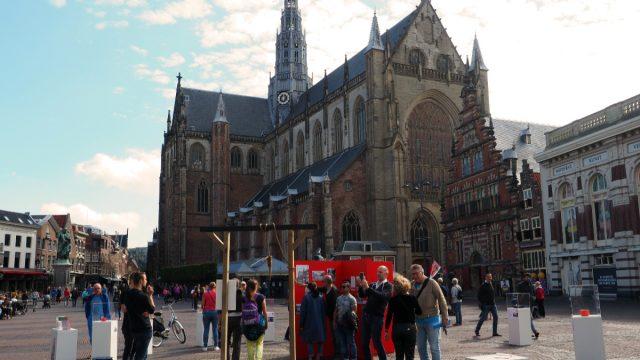 Bezoekers openluchtmuseum wanen zich in de geschiedenis van Haarlem
